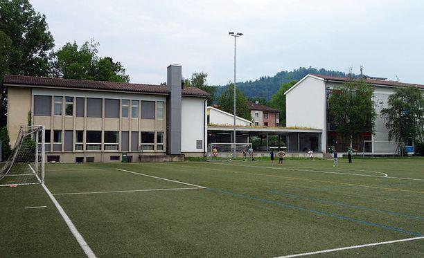 Kim kävi Liebefeld-Steinhölzlin koulua lähellä Berniä Sveitsissä.
