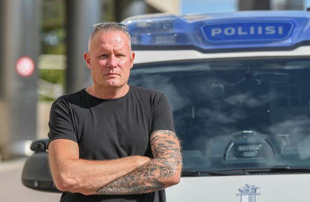 Rikosylikonstaapeli Mikael Runeberg on aloittanut uuden elämän sairaanhoitajana.