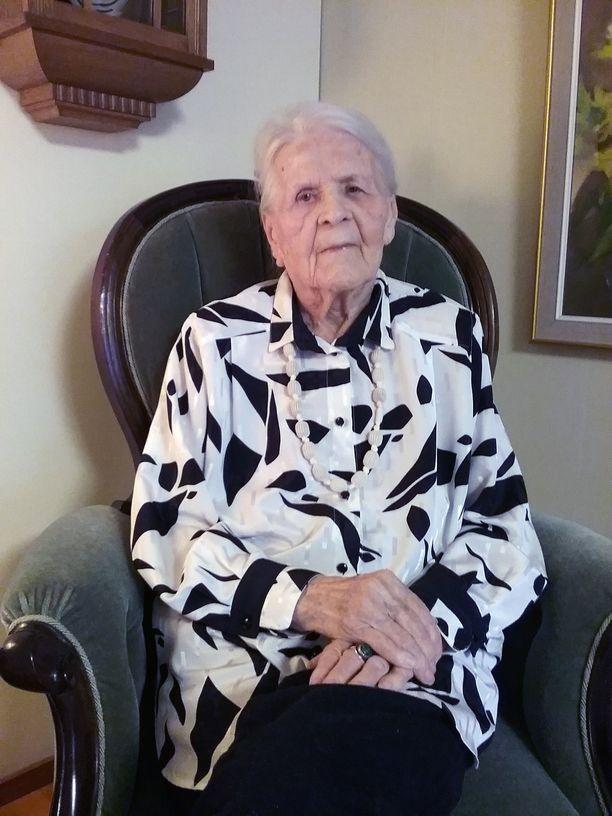 Aune-Leea Huotari on ollut mukana saattamassa kymmeniä veteraaniveljiä ja -siskoja haudan lepoon. Meitä jäljellä olevia ei tosiaan ole enää paljon, hän toteaa.