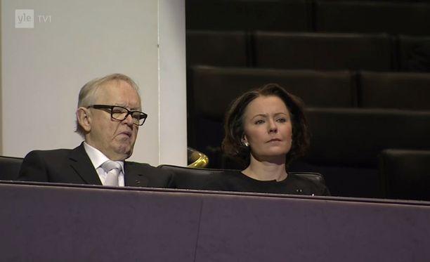 Ahtisaari lepuutti silmiään, kun Maria Lohela puhui Finlandia-talossa.