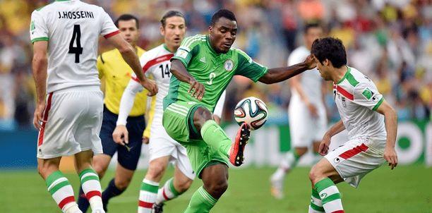Nigerian Emmanuel Emenike iranilaispelaajien puristuksessa.
