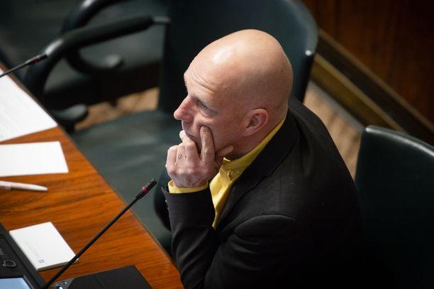 Kansanedustaja Sheikki Laakso otti osaa keskusteluun muun muassa Punahilkka-satua lukemalla.