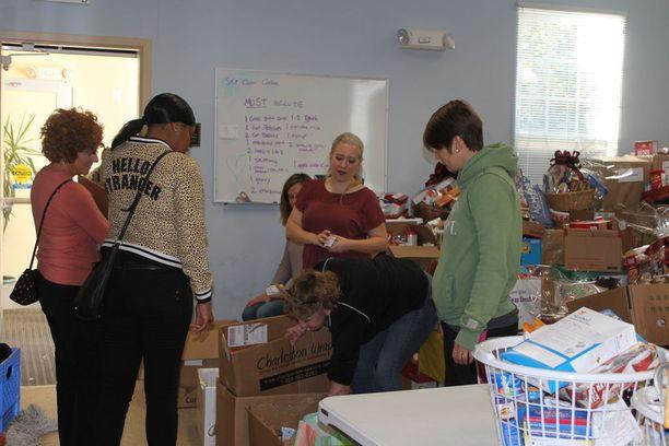 Vapaaehtoisjoukko jakoi kiitospäivän ruokakorin, perunapussin ja lahjakortin tuettaville perheille. Vapaaehtoiset auttajat olivat koonneet koreja kaksi päivää. Kaikki tarvikkeet oltiin saatu lahjoituksena.