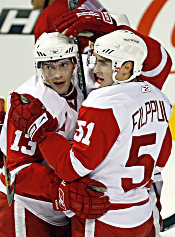 Pavel Datsyuk ja Valtteri Filppula juhlivat Detroitin avausosumaa.