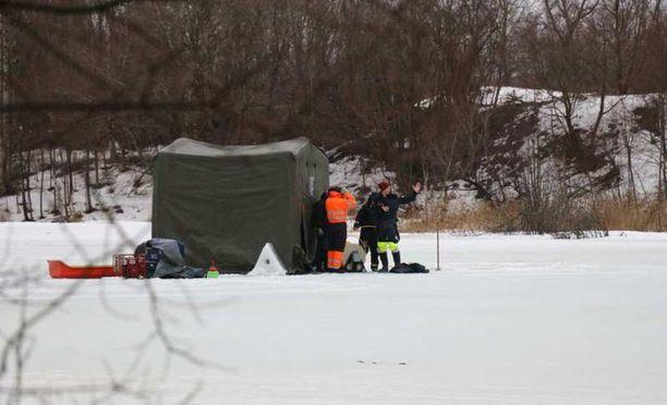 Teltta pystytettiin Iidesjärvelle noin kello 17. Sen vierellä on Rajavartiolaitoksen työntekijöitä.