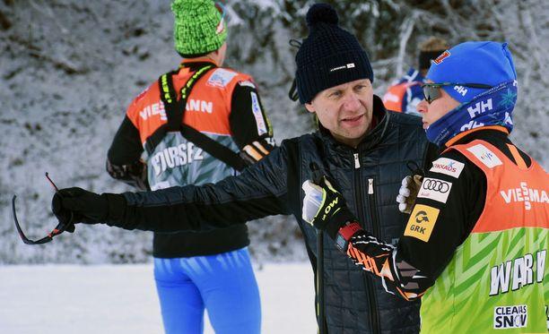 Toni Roponen antoi Matti Heikkiselle ohjeita tammikuussa 2017 Oberstdorfissa.