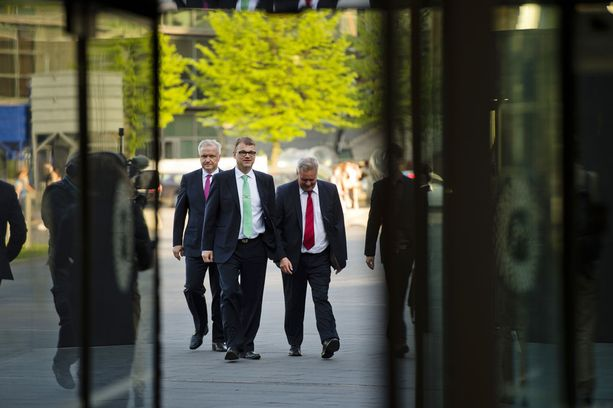 Vuonna 2013 Juha Sipilä lupasi Olli Rehnille ulkoministerin salkun ja presidenttiehdokkuuden. Sitä ennen Rehnin piti ryhtyä keskustan veturiksi eurovaaleissa ja eduskuntavaaleissa. Kuva on vuonna 2014 pidetystä eurovaalitilaisuudesta, johon osallistui myös tuore Sdp:n puheenjohtaja Antti Rinne.