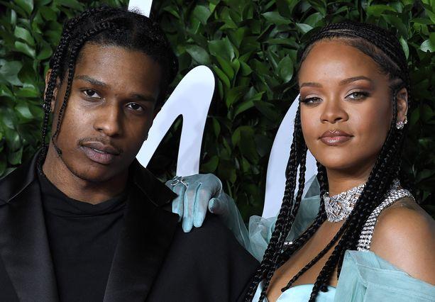 Rihanna ja Asap Rocky esiintyivät yhdessä brittiläisessä muotigaalassa Lontoossa joulukuussa 2019.