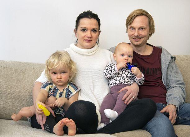 Pauliina Anttonen-Laurista ja Tarkko Laurista varoiteltiin jo Amandan odotusaikana, että synnytys saattaa käynnistyä nopeasti. Amanda syntyi lopulta Jorvissa, mutta pikkusisko Olivian syntyessä pariskunta ei ehtinyt sairaalaan.