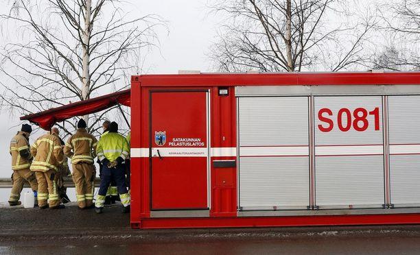 Pelastuslaitos Harjavallassa öljypäästön jälkeen vuonna 2017.