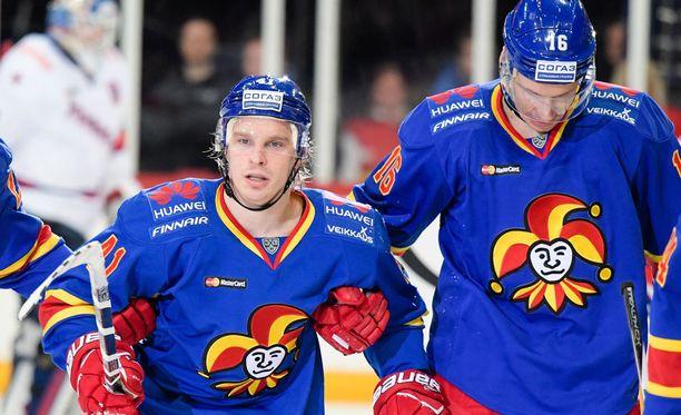 Antti Pihlström (vas.) talutettiin torstaina pois kaukalosta.