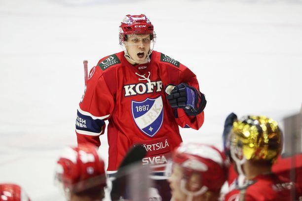 HIFK:n Joonas Lyytinen tuulettaa KalPan verkkoon ampumaansa maalia.