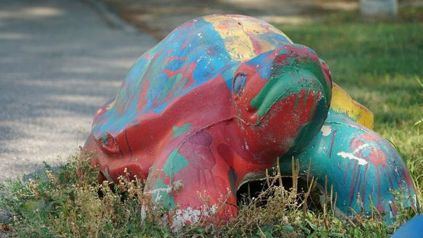 Koulutieltä sivuun siirretyt betonikilpikonnat ovat raskaita.