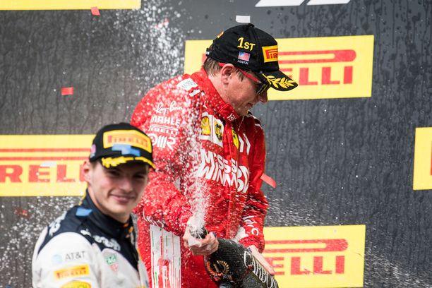 Kimi Räikkönen ja kakkospallille noussut Max Verstappen suihkuttivat samppanjaa.