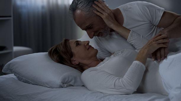 Aktiivinen seksin harrastaminen saattaa eräiden tutkimusten mukaan muun muassa suojella ikäihmisiä kognitiivisilta häiriöiltä.