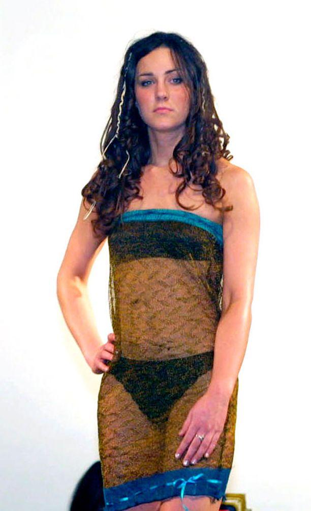 Williamin kohdalla rakkaus syttyy jo 2002 pidetyssä muotinäytöksessä, jossa Kate astelee catwalkille läpinäkyvässä neulemekossa.