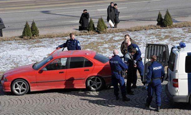 Venäläisnuorten auto tarkastettiin eduskuntatalon portaiden edessä.