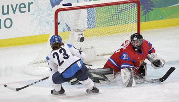 Sinne uppoaa. Nina Tikkinen iski Venäjää vastaan tehot 2+0.