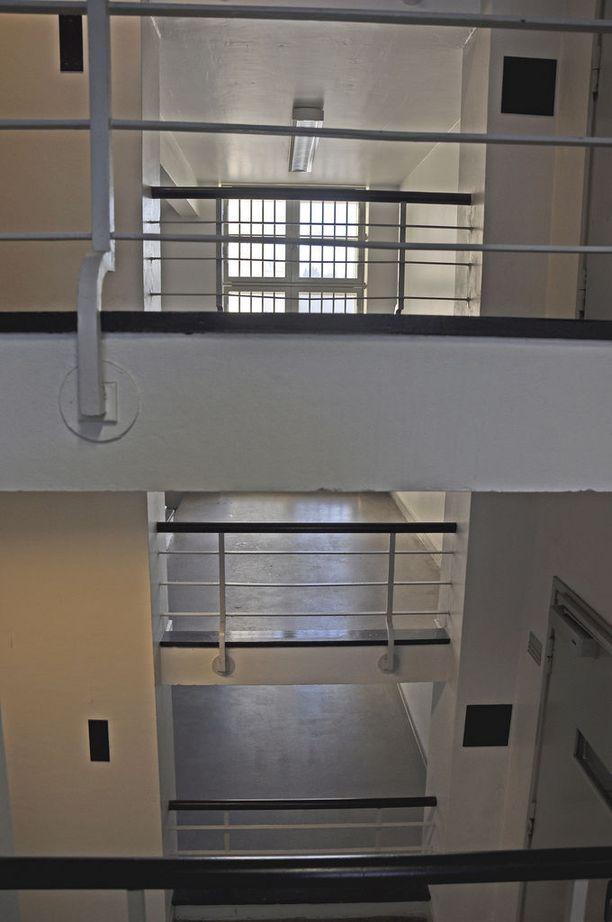 Riihimäen vankila koostuu useasta monikerroksisesta rakennuksesta.
