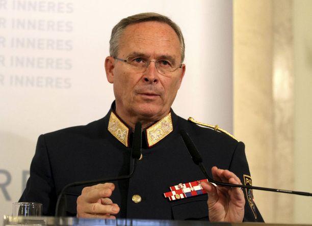 Wienin poliisin apulaisjohtaja Karl Mahrer kertoi poliisitutkinnan etenemisestä lehdistölle maanantaina.