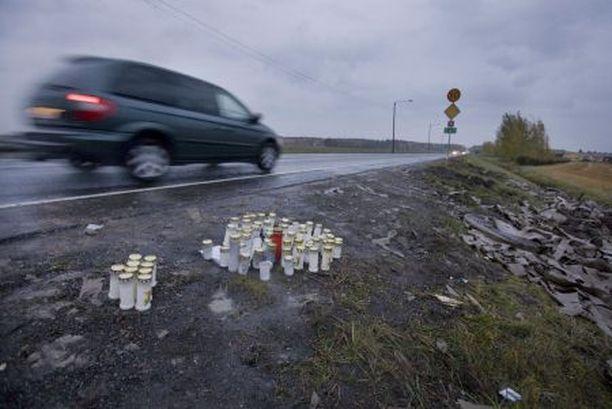 SISARUSTEN MUISTOLLE Onnettomuuspaikalle 9-tien ja 224-tien risteykseen oli tuotu sunnuntai-iltaan mennessä runsaasti muistokynttilöitä.