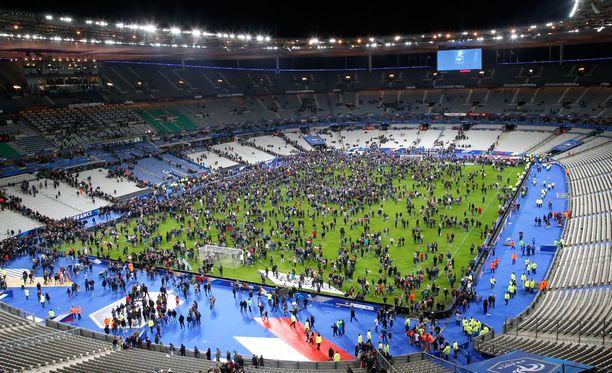 Katsojat ohjeistettiin Ranskan ja Saksan välisen ystävyysottelun jälkeen poistumaan osasta katsomoa kentän kautta.