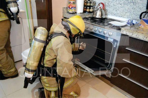 Hengityssuojaimin varustautuneet palomiehet tarkastivat turma-asunnon kaasulaitteita lauantaina.