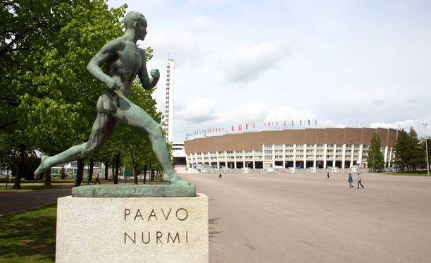 Paavon Nurmen askelta voi ihastella Olympiastadionin edustalla.