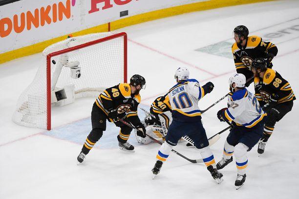 St. Louis Bluesin puolustaja Alex Pietrangelo (27) iski maalin Boston Bruinsin maalivahdin Tuukka Raskin selän taakse NHL-finaalien seiskapelissä.