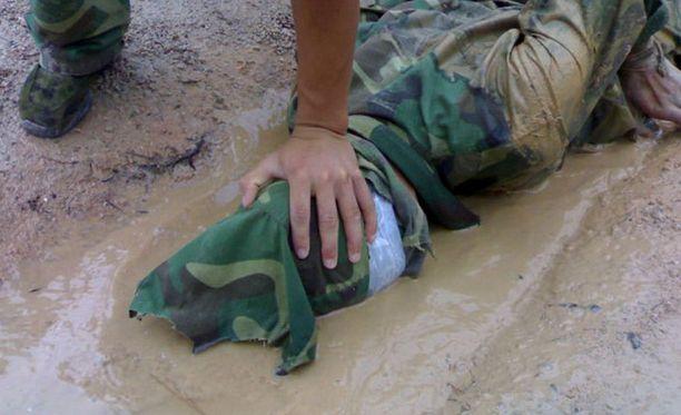 Harjoitus. Sotilasta koulutetaan sietämään kidutusta Kiinan armeijassa.