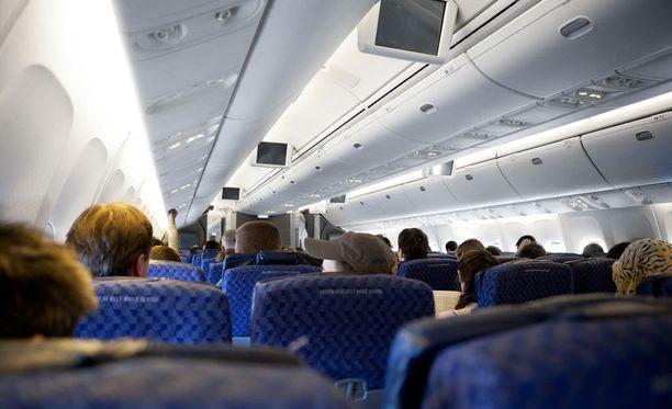 Lentokoneen lokerot eivät välttämättä ole turvallisin paikka säilyttää arvotavaroita lennon aikana.