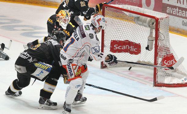 Kristian Kuusela iski Tapparan 1-0-johtoon Oulussa.