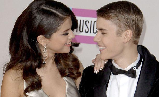 Selena Gomez ja Justin Bieber seurustelivat vuodet 2010-2012. Kaksikko palasi yhteen monta kertaa, kunnes he erosivat lopullisesti vuonna 2014.