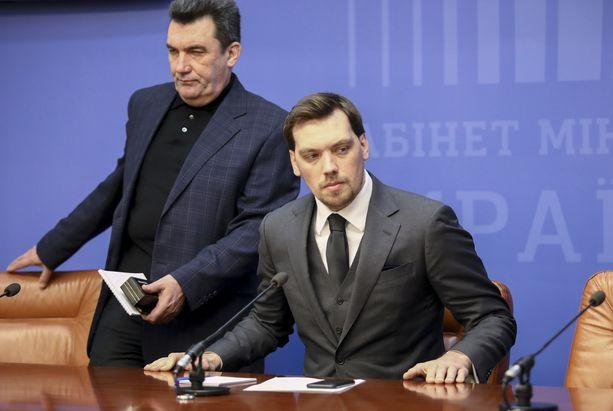 Oleksiy Honcharuk (oikealla) joutui eroamaan kritisoituaan presidenttiä.