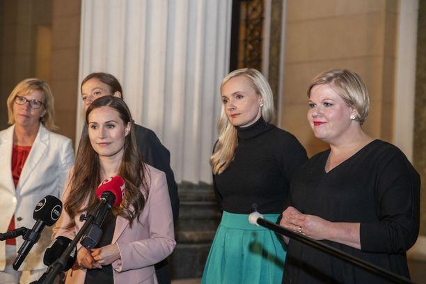 Hallituksen johtoviisikko eli hallituspuolueiden puheenjohtajat kertoivat budjettineuvottelujen edistymisestä medialle Säätytalon edustalla 15.9.2020. Kuvassa vasemmalta oikealla Anna-Maja Henriksson (r), Li Andersson (vas), Sanna Marin (sd), Maria Ohisalo (vihr) ja Annika Saarikko (kesk).
