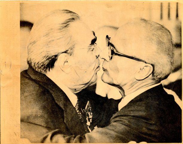 DDR harjoitti kylmän sodan aikana samanlaista tiedonkeruutoimintaa poliitikkopiireissä kuin Neuvostoliittokin. Kuuluisassa kuvassa Neuvostoliiton ja DDR:n johtajat Leonid Brezhnev (vas.) ja Erich Honecker.