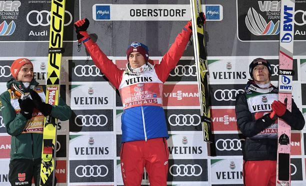 Kamil Stoch voitti Oberstdorfissa. Richard Freitag (vasemmalla) oli toinen ja Dawid Kubacki kolmas.