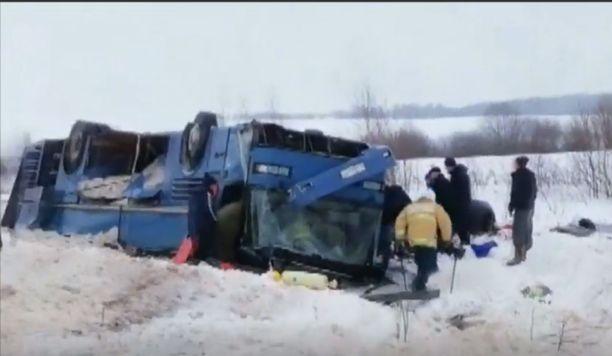 Kaikkien ihmisten saaminen ulos romuttuneesta bussista kesti tunteja. Kuvakaappaus venäläisviranomaisten kuvaamalta videota.