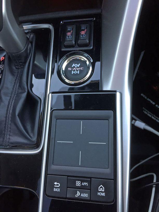Keskikonsolissa on kosketuspaneeli, jolla on voi ohjata kosketusnäyttöä.