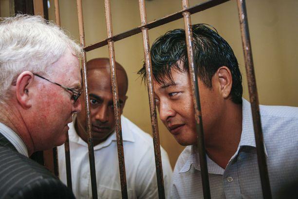 Andrew Chan (oik.) ja Myuran Sukumaran puhumassa asianajajansa kanssa. Teloituskomppania ampui miehet vuonna 2015.