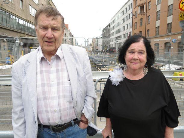 Eläkeläiset Ritva-Liisa ja Martti Hallberg:Olisipa ratikka tullut jo paljon aiemmin, olisimme ehtineet nauttia siitä. Nyt liikkuminen on jo huonoa ja aika loppuu, eläkeläiset nauravat.