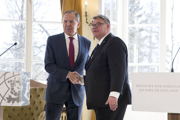 Ulkoministerit Sergei Lavrov ja Timo Soini ovat eri mieltä siitä, miten keskustelu hybridiuhkien osaamiskeskuksesta meni. Kuva toukokuulta 2017.