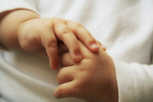 Vauvat syntyivät ilman käsiä tai heillä oli epämuodostuneet kädet. Kuvituskuva.