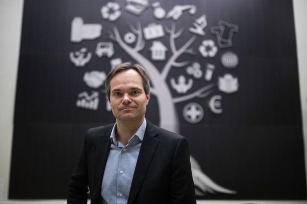 """Sisäministeri Kai Mykkäsen mukaan """"turvapaikkajärjestelmä ei toimi, jos lainvoimaisen kielteisen päätöksen saanut ei poistu maasta""""."""