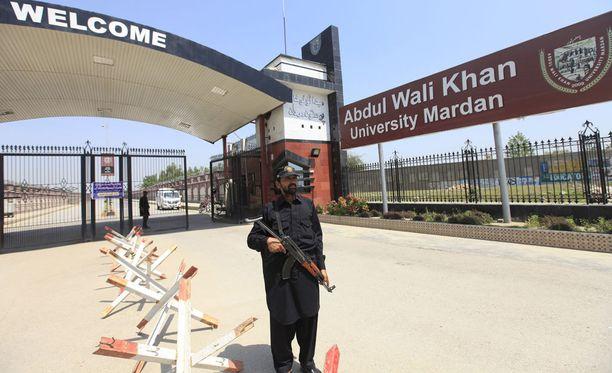 Turvallisuusviranomaiset vartioivat Abdul Wali Khanin yliopiston sisäänkäyntiä.