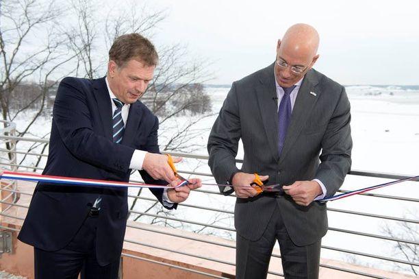 AVAJAISNAUHA Presidentti Sauli Niinistö ja suurlähettiläs Bruce Oreck avasivat Yhdysvaltojen Suomen-suurlähetystön innovaatiokeskuksen tiistaina Helsingin Kaivopuistossa.
