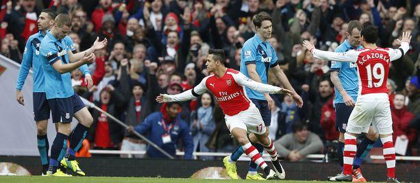 Arsenalin Alexis Sánchez pelaa satumaista debyyttikautta Valioliigassa.