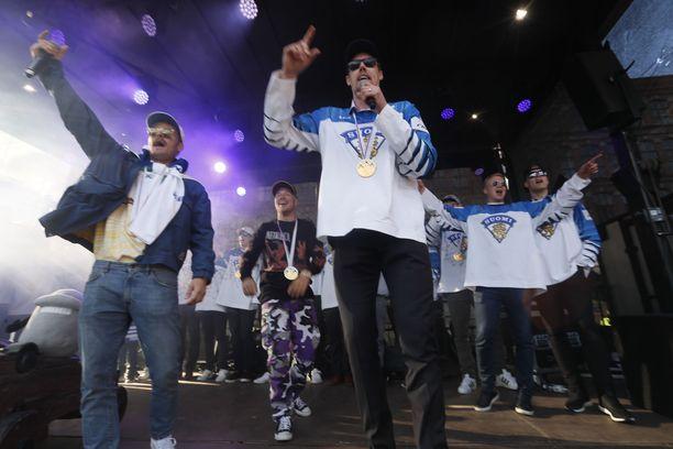 JVG esiintyi jo toiseen kertaan jääkiekon MM-kultajuhlissa. Vuoden 2011 kultajuhlissa JVG oli juuri julkaissut ensimmäisen megahittinsä Häissä.