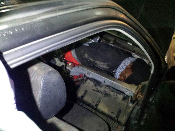 Saharan eteläpuolisesta Afrikasta kotoisin oleva siirtolainen löytyi kätkeytyneenä marokkolaismiehen auton kojelaudan sisältä.