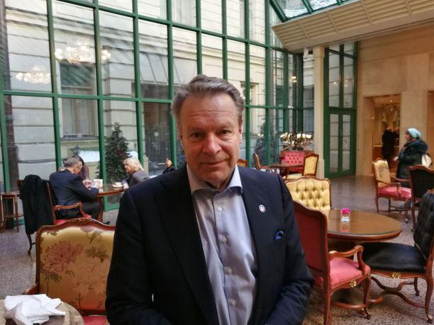 Ilkka Kanerva vastaa tarkkailuoperaation poliittisesta puolesta, eikä ole siten itse vaalipaikoilla tarkkailemassa. Etyjin tarkkailijoilta ei ole vielä tullut päivän tietoja.